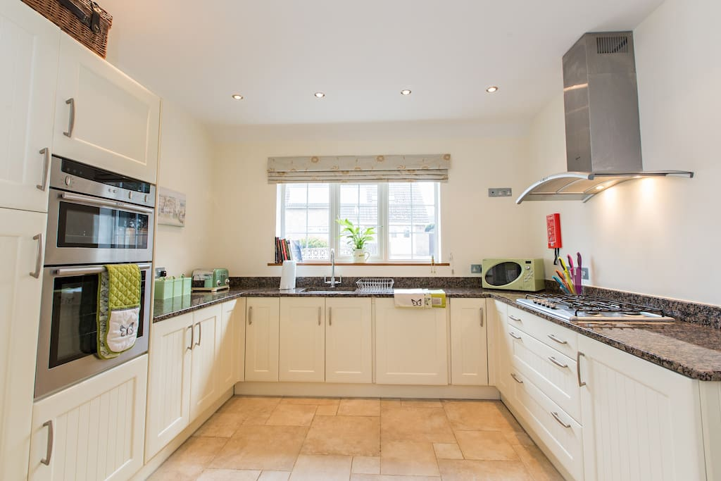 Superbly well equipped kitchen with dishwasher, smeg fridge, double oven etc