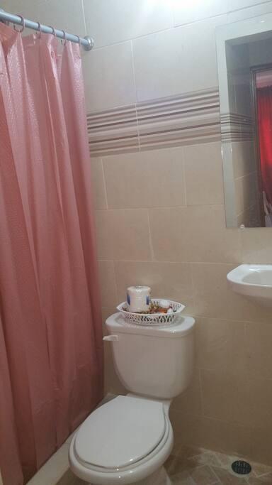 Baño Típico en Habitaciones