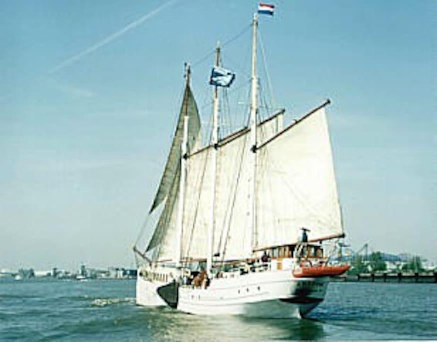 De Amazone onder zeil in de Rotterdamse Havens.