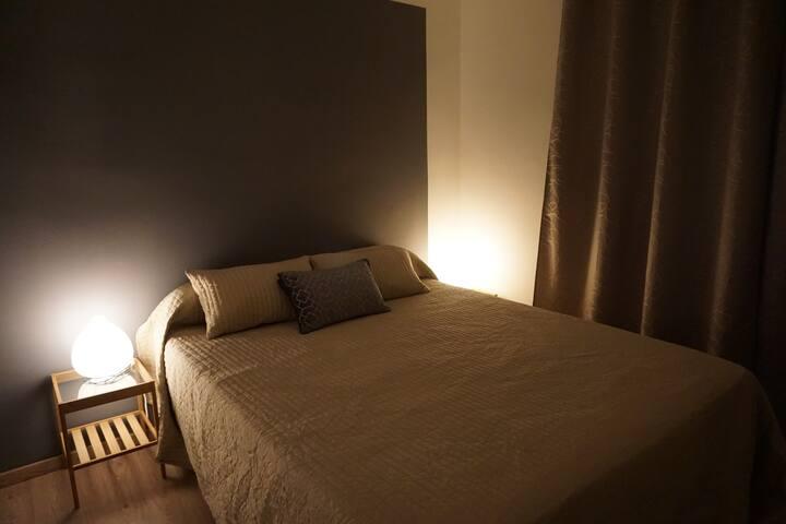 Chambre 1 : Lit 160x200 + Armoire + TV
