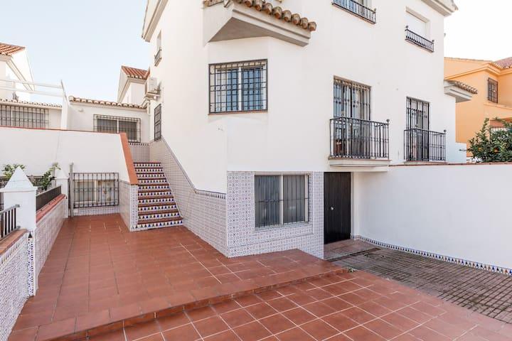 Malerisches Ferienhaus in Churriana de la Vega mit Patio