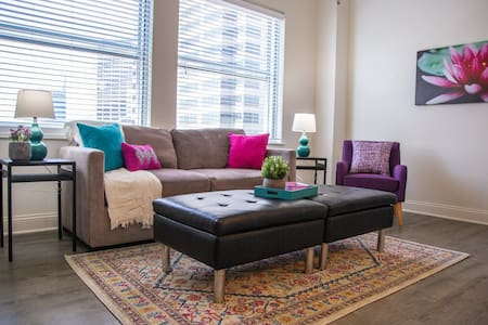 VIBRANT TOP FLOOR 1BR APT W/ DOWNTOWN VIEWS