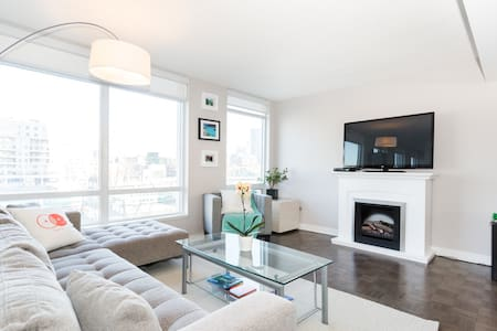 Spacious 2 floor apartment, spread over 1400+ square feet. A cozy room with a Queen bed and private bathroom. Walking distance to most of the city's attractions; next to the CN tower, Lake Ontario, the Convention Center and all the shopping and entertainment you need. Welcome to our home :)
