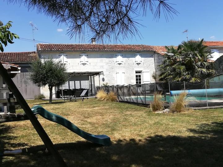 Maison charentaise au calme avec piscine