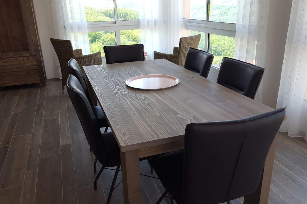 Salle à manger, table avec rallonges pour 8-10 convives
