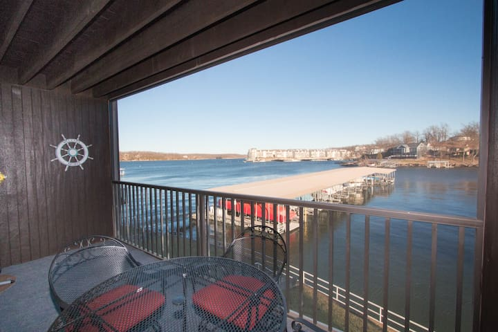 *Newly Remodeled* Sleeps 4*Waterfront - Osage Beach