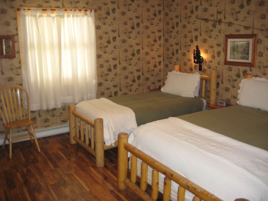 Room 1 - 1 queen bed, 1 twin bed, Kitchenette and full bathroom