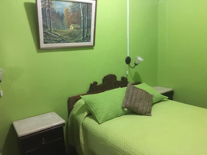 Habitación matrimonial + Baño Compartido