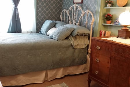 Historic Farmhouse Victorian Room - Monrovia - Casa