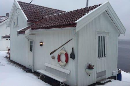 Hytte ved sjøen og sentrumsnært - Risor - Hus