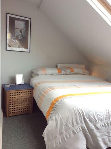 Bright and friendly en suite loft