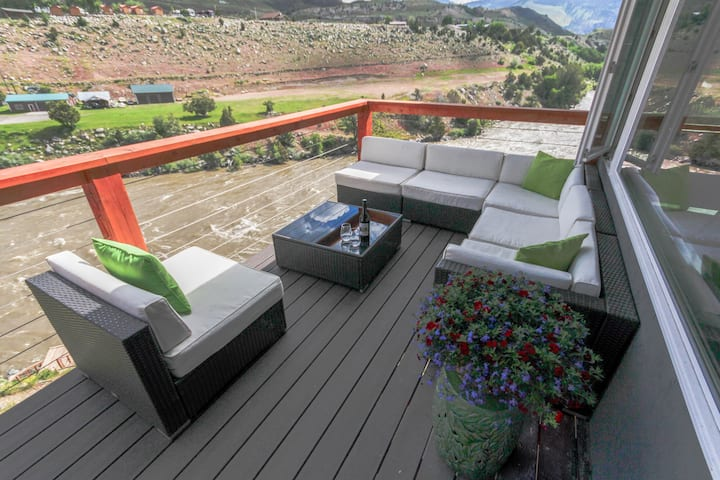 30ft. deck overlooking Yellowstone River & Park.