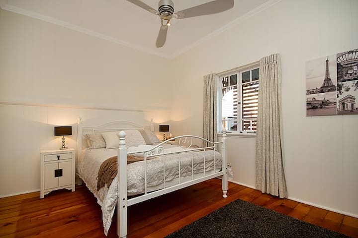 B1: 1 x Queensize bed with aircon, fan and walk in robe.