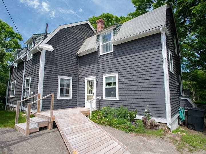 Renovated 4BR Home - 5 min walk from Downtown VH