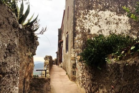 On the ancient walls of Capalbio - Sulle mura alte - Capalbio - House