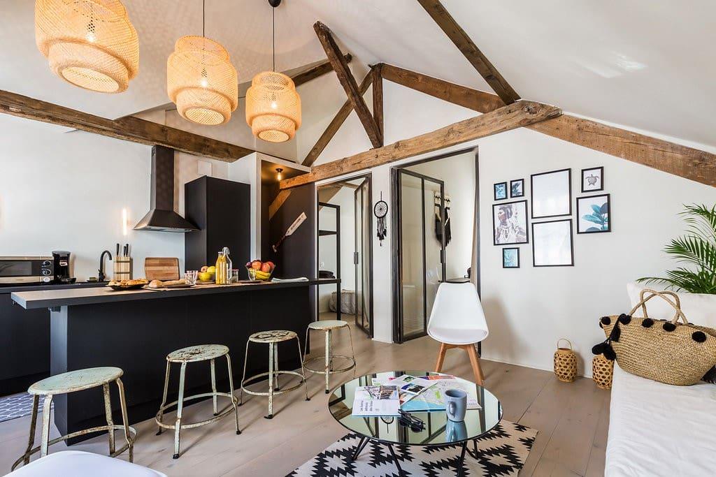 Authentique appt dans une maison basque avec briques apparentes et implantations d'éléments en bois et verres! Authentic apt with bricks on the walls, wood & glass decorations!