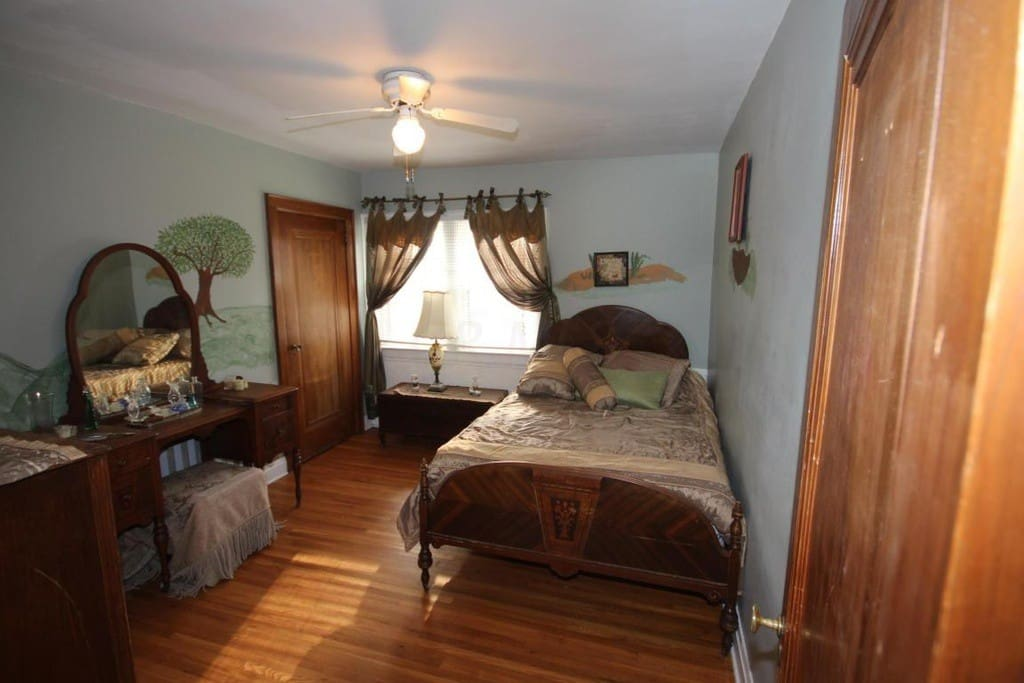 Stylish bedroom Tastefully decorated in 1940's full size bed