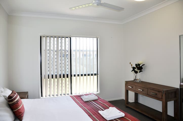 Modern 5 bedroom 2 bathroom home - Douglas - 一軒家