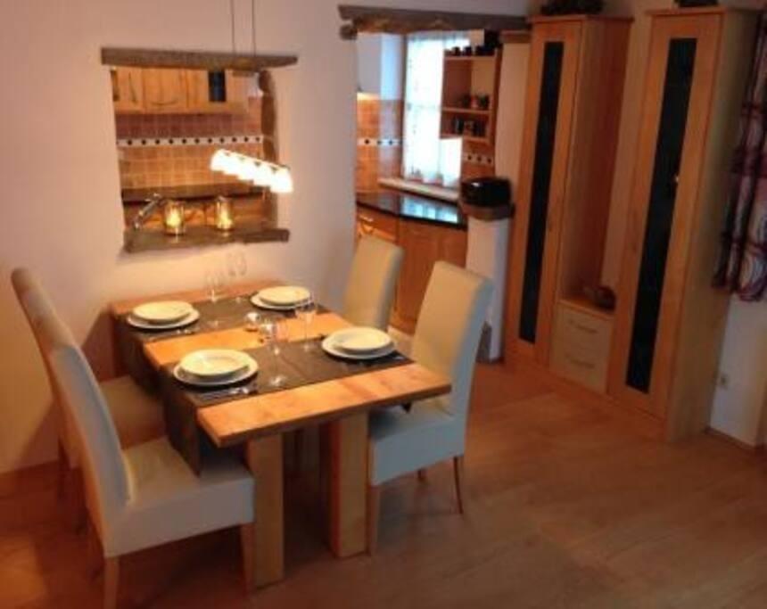 Ausziehbarer Esstisch mit Platz für bis zu 6 Personen
