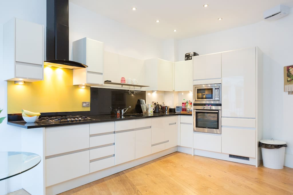 Fully fitted and well equipted kitchen with hob, oven, microvave, dishwasher, washer/dryer and large fridge/freezer.