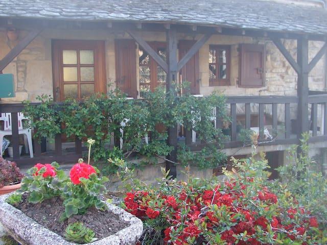 maison individuelle VUE sur le lac  - Castelnau-de-Mandailles - Huis