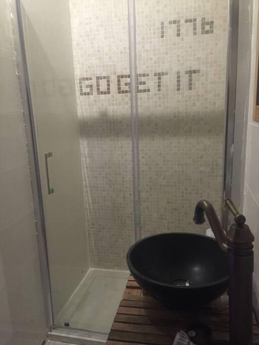 1776 independance day Bathroom . Laiton massif pour la douche et mosaïque , granit et bois pour la vasque . Mélange des textures et matériaux pour une ambiance décontractée et reposante