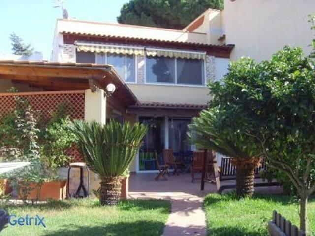 giardino con piante e spettacolari con gazebo e cucina esterna