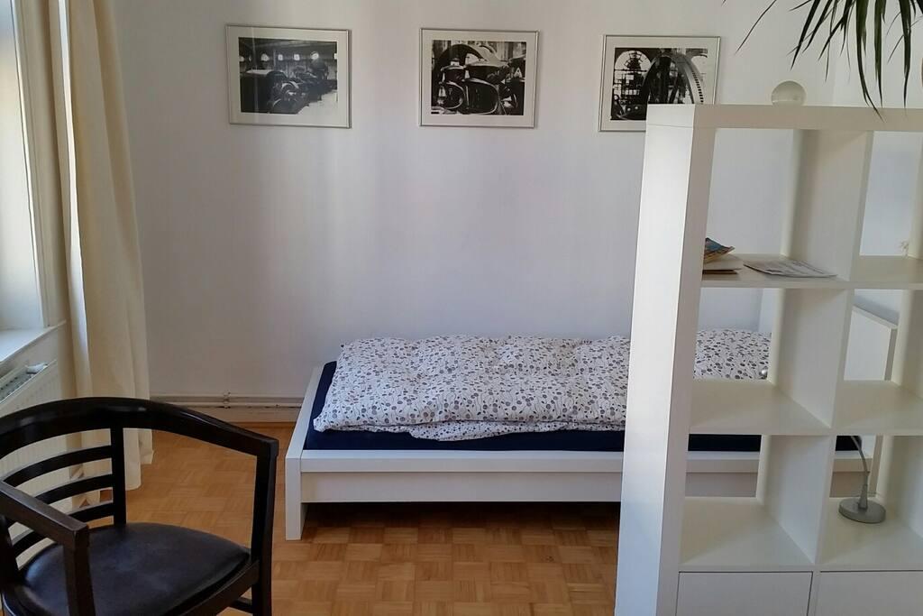 Schmales Bett mit super Matratze