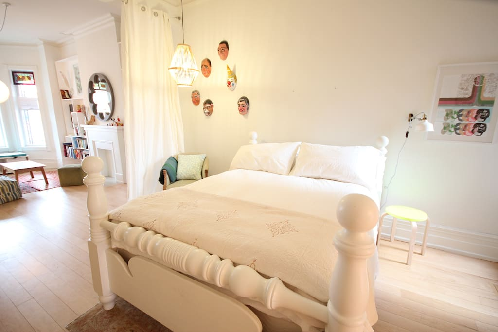 Queen-size poster bed
