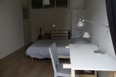 Spacious room in comfy appartment Amsterdam Zuid - Amsterdam