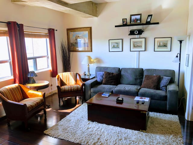 Elegant Downtown Condo - 10' TV Screen