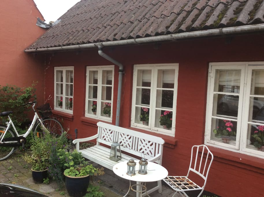 Her kan man sidde og nyde de lune aftener, eller få en nøgle og gå om i haven.