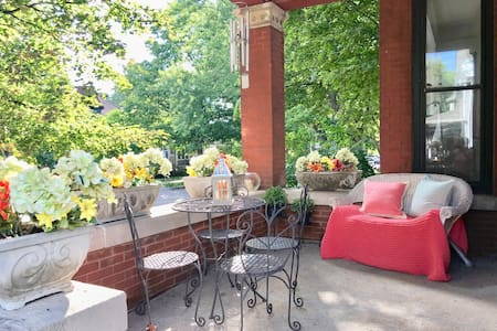 Best Lincoln Square location. Spacious 2 bedroom