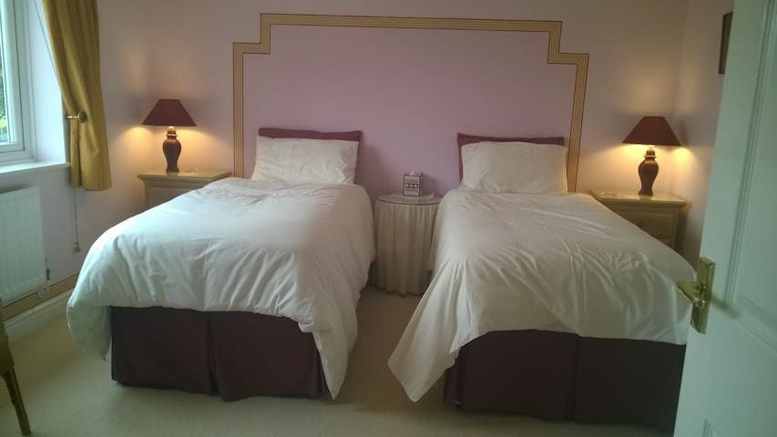 Lincs. Twin beds  - en-suite room  Holbeach