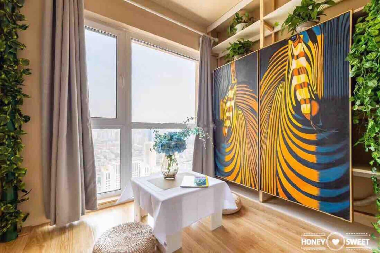 阳台有1.7米高图画两幅,为抽象画马,祝您马到成功。