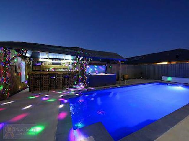 Never Leave the House! Pool Spa & Projector Screen - South Yunderup