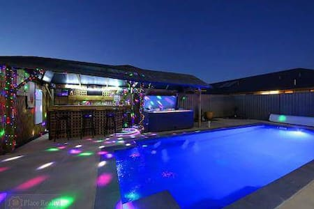 5★ Modern House! Projector Screen, Pool, Spa & Bar