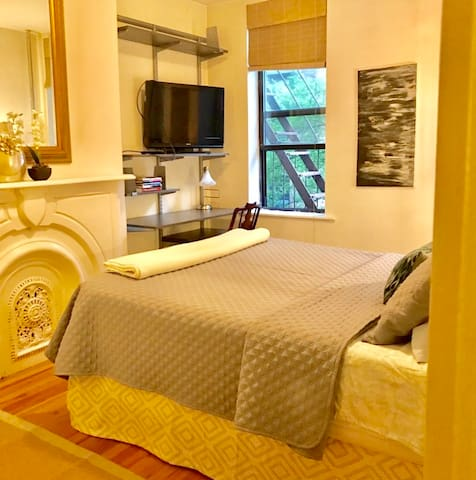 Superhost Chelsea Large, Private, Quiet bedroom