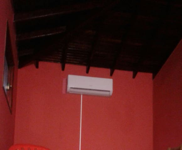 esta habitación cuenta un acondicionador de aire de 18.000 btu frío y calor