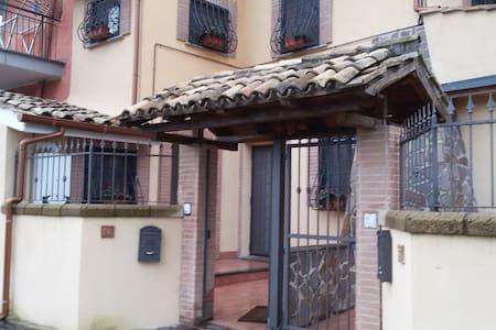 Delizioso appartamento in casale - Cesano - Apartment