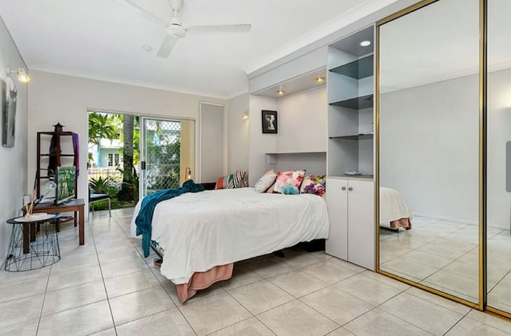 Cairns Tropical Studio Suitable for 1 - 4 persons