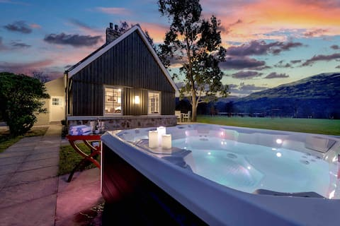 Beautiful Estate Cottage, Hot Tub & Superb views!