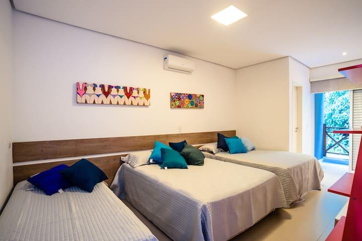 Suíte visita com duas camas de casal e duas bicamas.