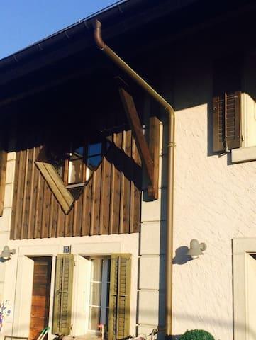 Charmante maison de village classé parmi les plus beaux de Suisse.