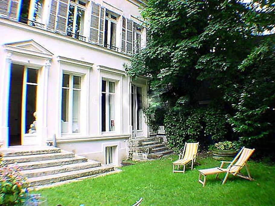You can see the nice garden, which is something very rare in Paris. There are some hens in a henhouse and some rabbits in a hutch in the garden.