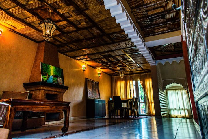 Rooms for rent in a spacious villa (5min to beach)
