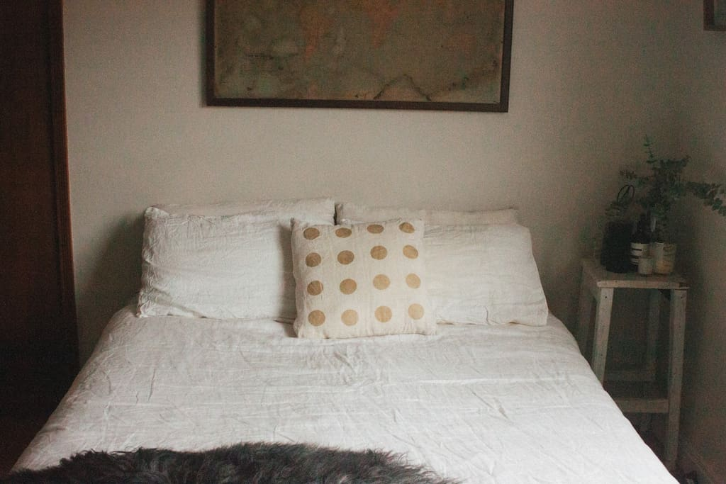 Comfortable queen bed with 100% flax linen bedding