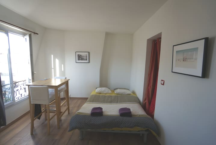 Studio apartment minutes away from Paris