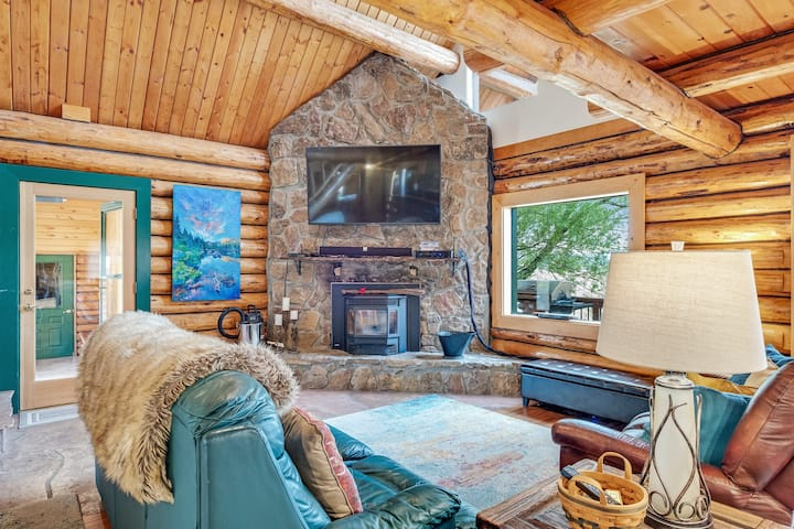 Dog friendly log cabin with mountain views and hot tub!