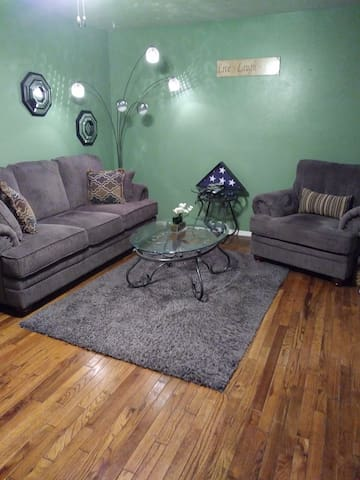 Beautiful clean cozy home quick access 2 downtown